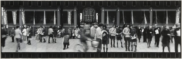 Kaminarimon, Asakusa・Tokyo  1999-2000, Gelatin silver print on watercolor paper with glue, 300×933mm, limited edition: #1/1 ©Yoshihiko Ito