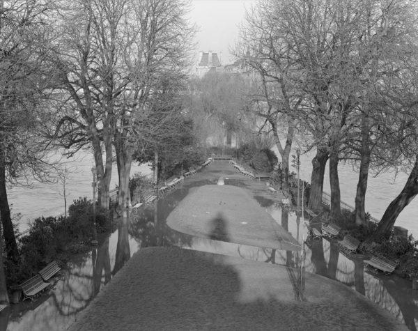 8-01409, Square du Vert Galant  Paris  1977, Gelatin Silver Print, ©Naohisa Hara