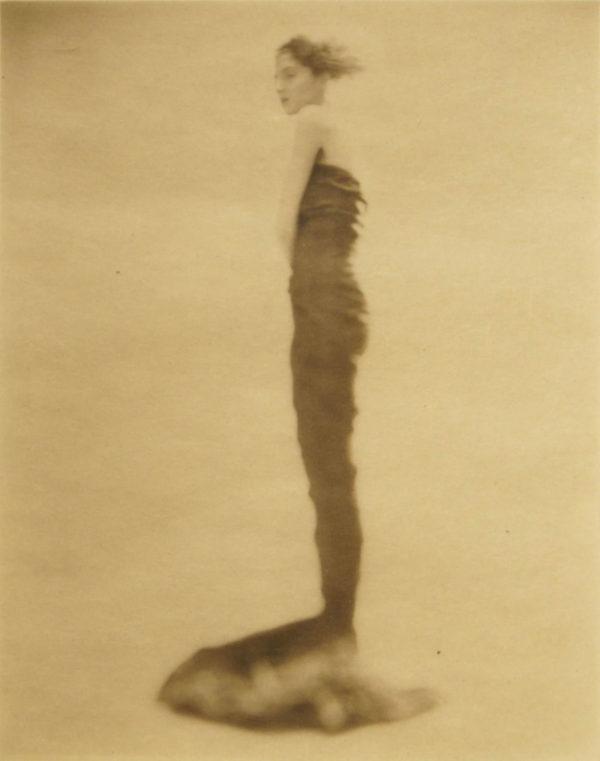Femme en robe fourreau, 1993, platinum palladium print on Japanese gang paper, 110 x 88 mm ©Paolo Roversi