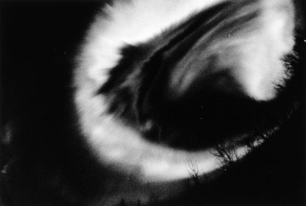 オーロラ・サブストーム チェナ・ホットスプリングス アラスカ 1989, gelatin silver print : 1990, 18 x 22 in, ©Kikuji Kawada