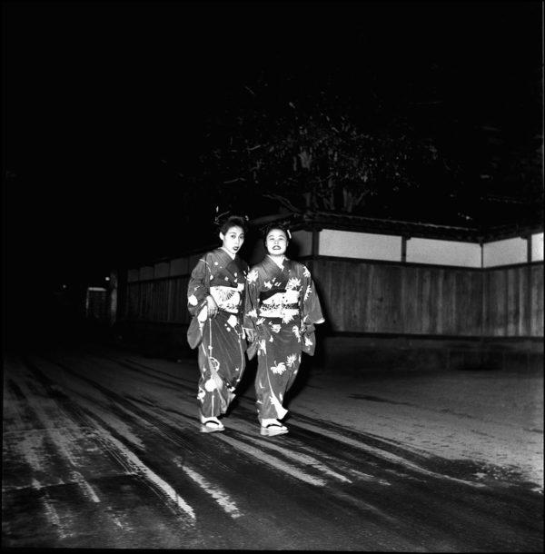 お座敷帰り 伊豆長岡 1952年, Gelatin silver print : 1972, 11x14 in  ©Kikuji Kawada