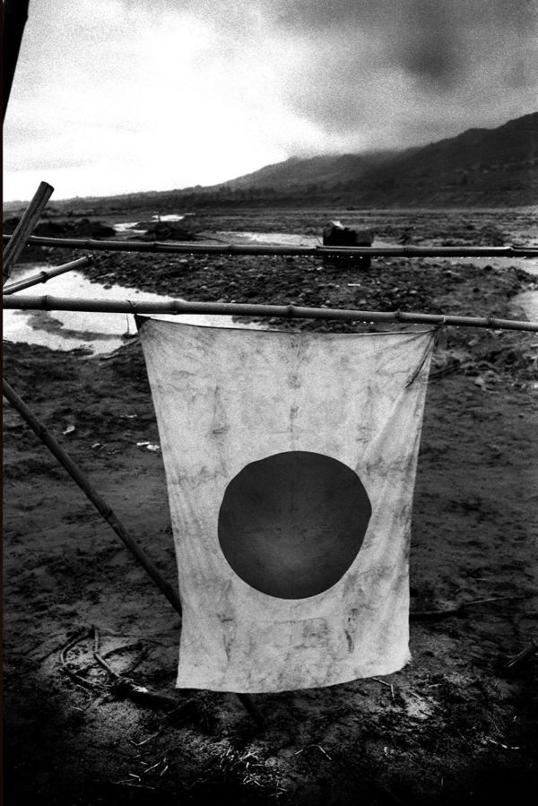 流失 国旗 北巨摩川 1959年, Digital pigment print : 2008, Limited edition of 5, 330x500mm ©Kikuji Kawada